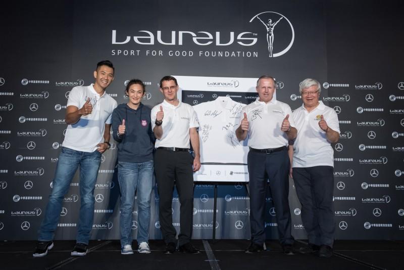 陳建州、錢薇娟、台灣賓士總裁邁爾肯、勞倫斯世界體育學院主席Mr. Fitzpatrick、救助協會秘書長夏忠堅於紀念衫簽名,宣布台灣勞倫斯體育公益計畫正式啟動。