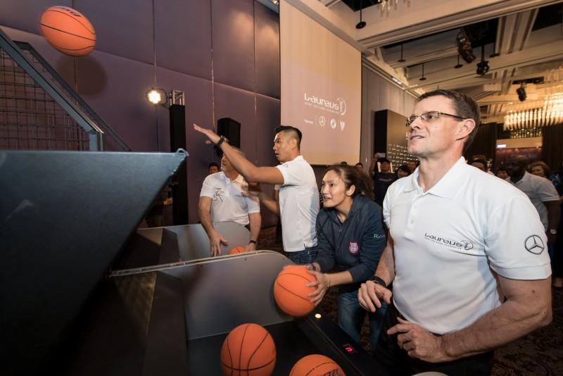 台灣賓士總裁邁爾肯(前)、錢薇娟(中)與陳建州(後)進行投籃比賽。