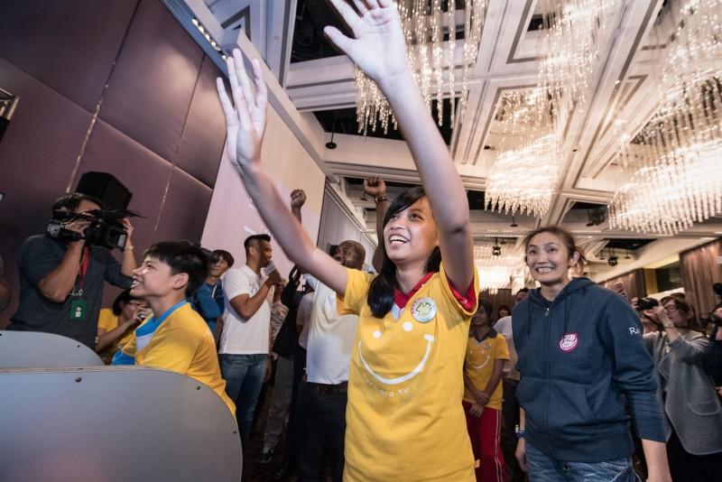 在錢薇娟的指導下,陪讀班學生投下一顆顆代表希望的籃球,為自己的未來加油。