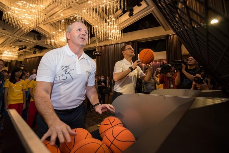 勞倫斯世界體育學院主席Mr. Fitzpatrick(前)與台灣賓士總裁邁爾肯(後)全心專注投籃比賽,實踐運動改變世界。