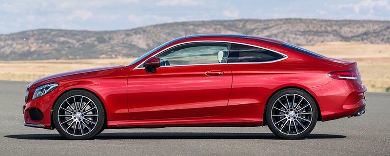 車側的辨識重點除車長外來自C柱小三角窗的有無,上為E-Class Coupe,小三角窗輪廓清晰可見。