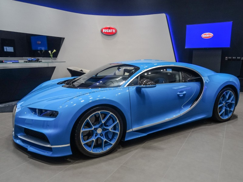 Bugatti Taipei室內面積約80平方公尺,以最經典藍色為主題,透過呈現速度感的設計線條貫穿,搭配不同層次的幾何平面,勾勒出專屬於Bugatti的科技細節。