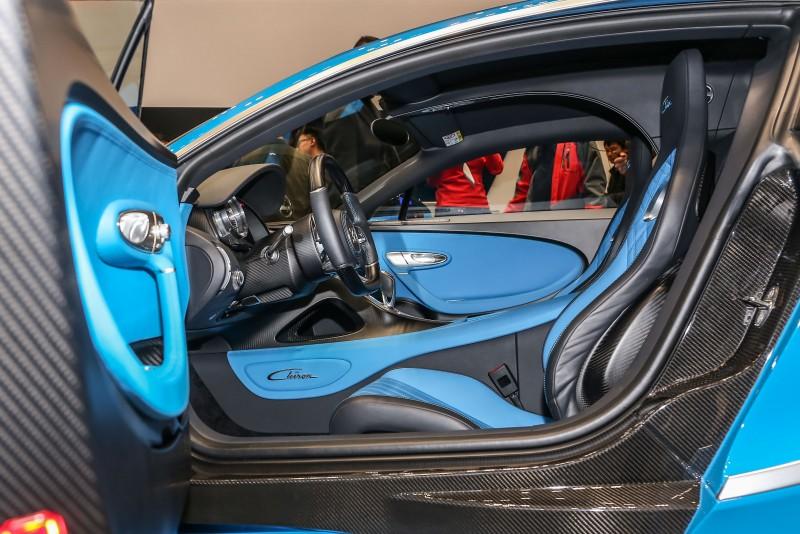 展示車輛座艙內也採用與外觀相同的配色。