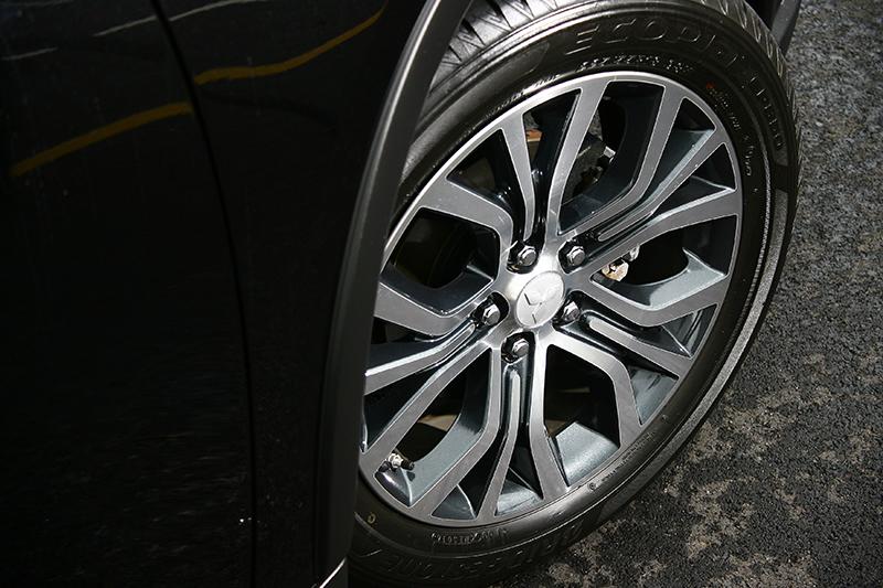 全新設計的多爪式鋁圈兼容力與美,讓 NEW OUTLANDER 整體造型更顯搶眼。