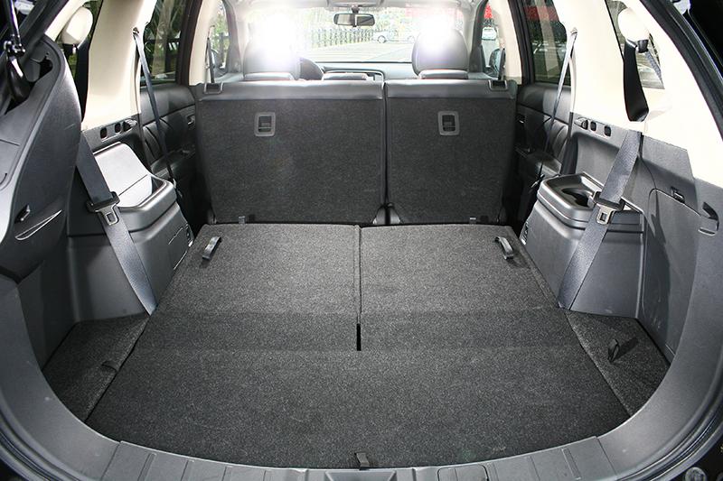 當第三排座椅收折後,寬廣的行李廂空間足以放下任何想攜帶的物件。