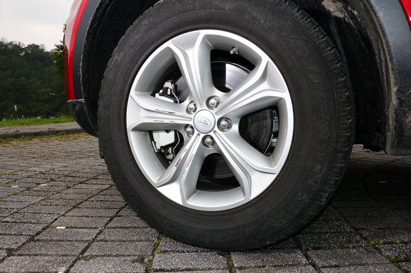 入門的Discovery Sport 2.0 Si4 換裝16吋胎圈組。