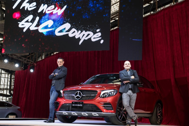 台灣賓士總裁邁爾肯(左)、轎車行銷業務處副總裁何睿思(右)與Mercedes-AMG GLC 43 4MATIC Coupe合影。