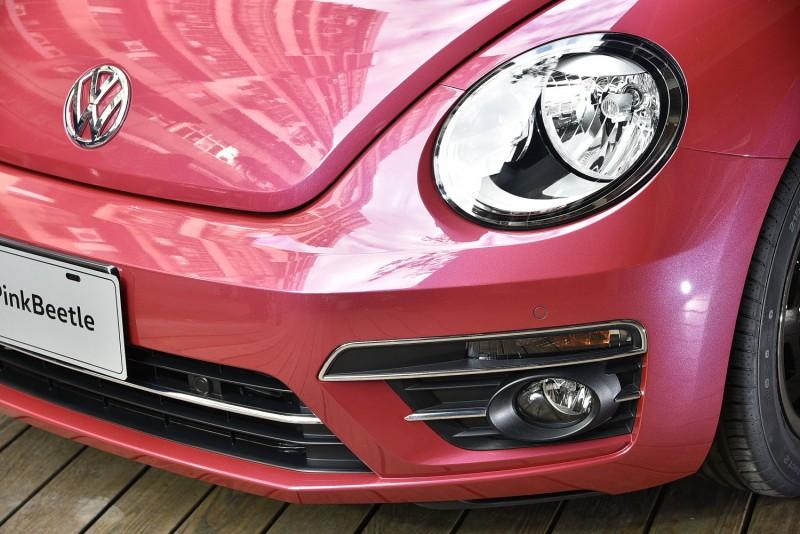 #PinkBeetle標準配備燈頭燈照明(離家)自動開啟與(返家)手動熄滅功能、附角落照明功能的前霧燈、LED 高亮度尾燈、以及後霧燈。