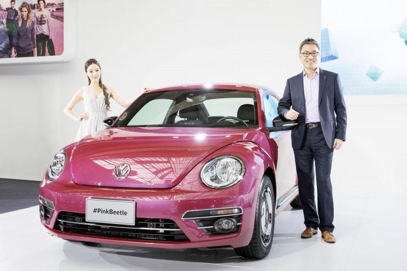 台灣福斯汽車行銷總監陳百鈞與展現自我粉色之#PinkBeetle合影