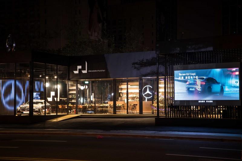「Mercedes-Benz概念館」外觀以大量的黑色與木質調性,搭配著外牆鉅幅75吋Samsung高解析度LED液晶電視,呈現冷冽與溫暖兼具的摩登氛圍。