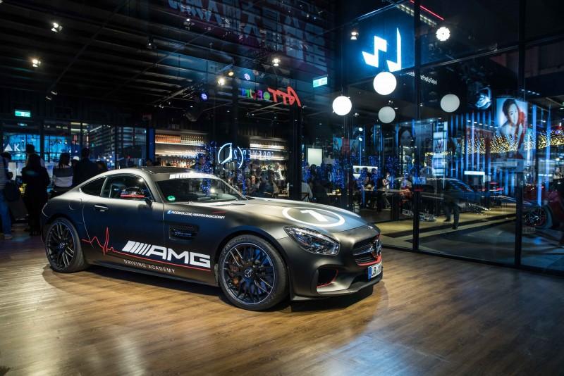 空間內陳列著德國空運來台的 Mercedes-AMG GTS Race Taxi,將賽道感受腎上腺素破表的刺激快感帶到時尚的信義計畫區。