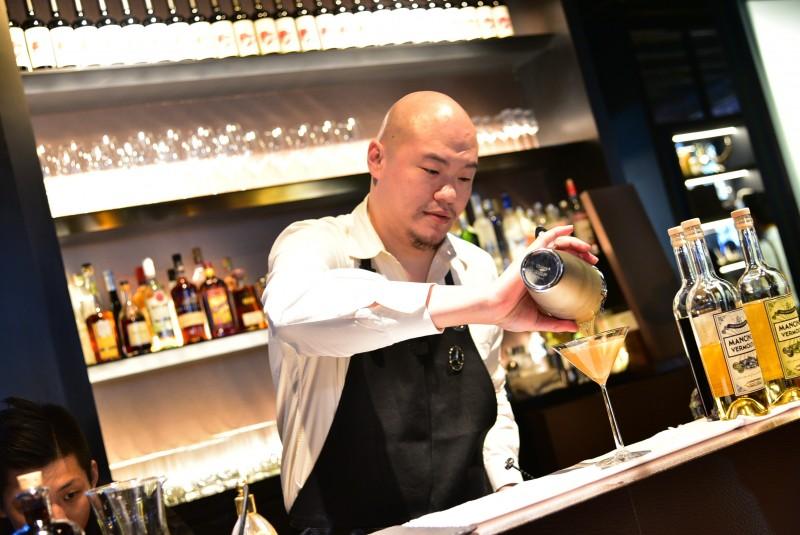 邀請到三次世界調酒冠軍王偉勳(Aki Wang)為 Mercedes-Benz 概念館精心調配三款調酒。