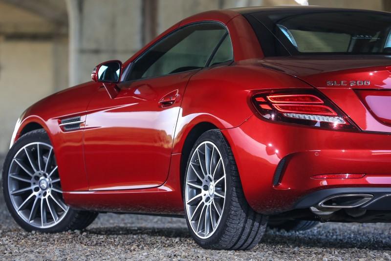 選配了AMG Line套件後換上18吋AMG多輻式灰色輕合金輪圈,更添動感。