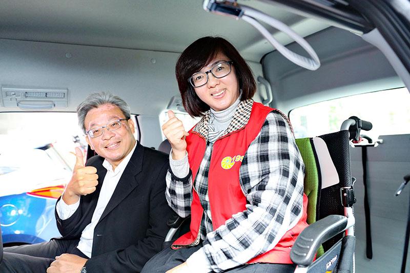 高市交通局長陳勁甫與身障朋友親身感受V7 Turbo Eco Hyper車艙空間的設計,貼心的設置更讓輪椅者與其他乘員可平行而坐,感受溫馨同樂的氣氛。