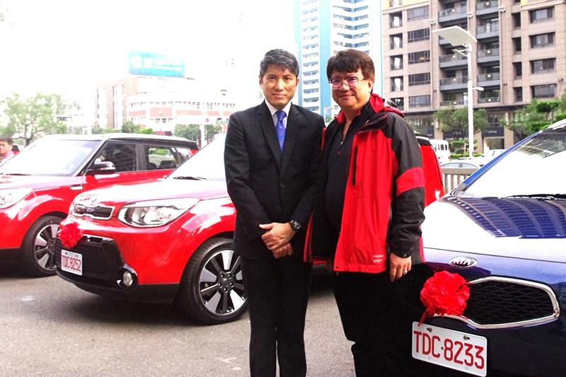 森那美起亞總裁史貴能先生(左)與皇冠大車隊總經理吳俊德先生(右)一同見證台灣計程車產業升級的里程碑。