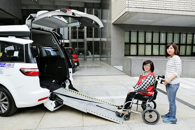 導入國產唯一電動輔助牽引機構,可利用遙控器便能輕鬆操作。後艙的輪椅固定座、牽引機構等都經過國家級的嚴格把關,讓使用者除卻安全上的顧慮。