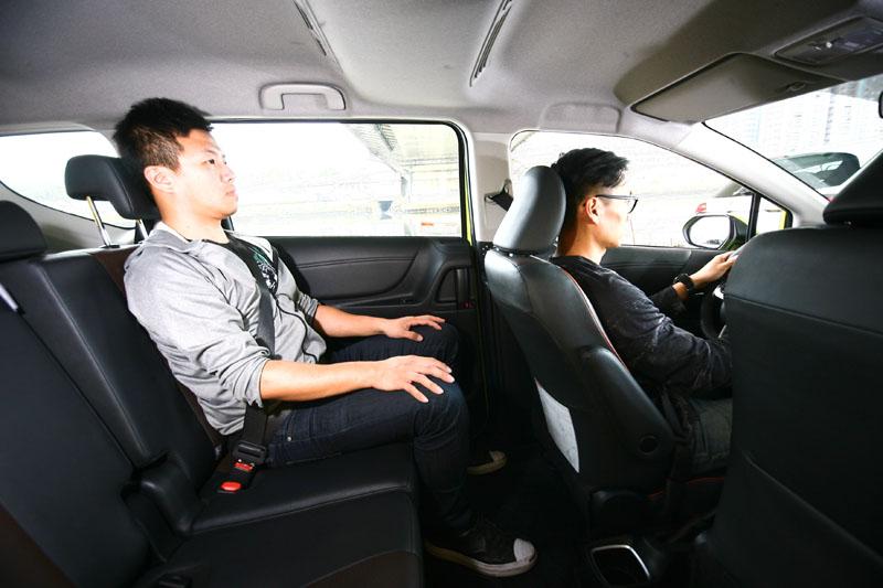 Sienta在前座乘坐身高約170cm之成人後,身高174cm的後座乘客仍有7cm的膝部空間與達14cm的頭部空間。