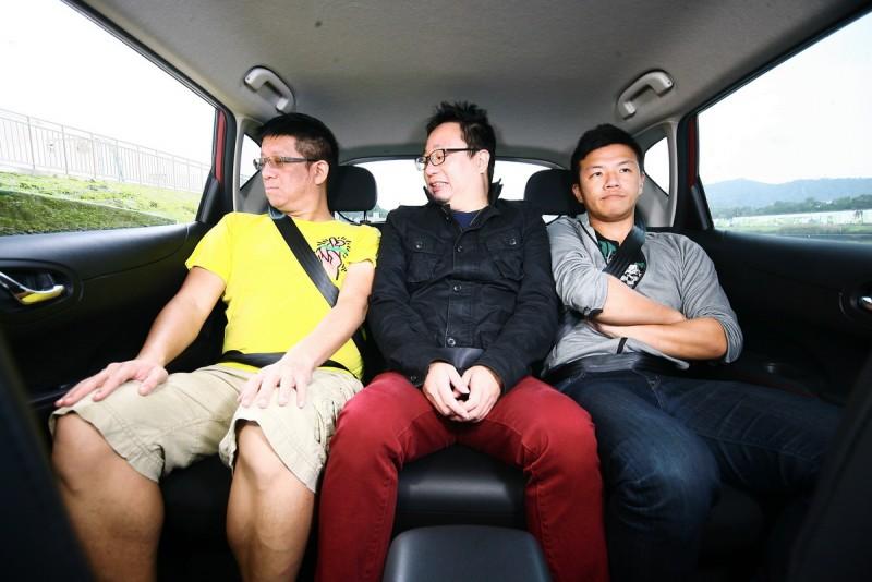 車寬偏窄,後座容納三人時略嫌擁擠