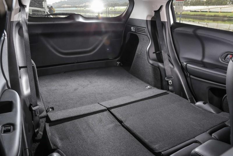 藉由後座椅背傾倒,可提供更平整寬敞的置物空間。