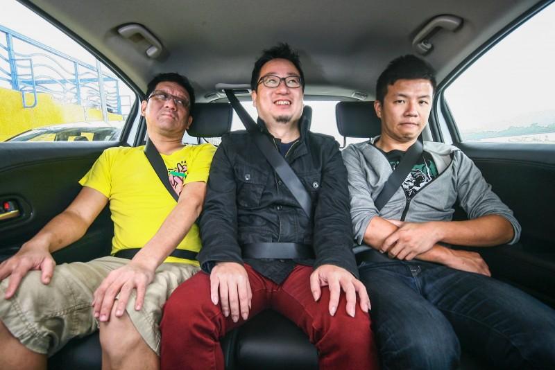 三人入座時的畫面,由乘客臉上的表情就知道不是頗有微詞,就是苦中作樂的樣子...