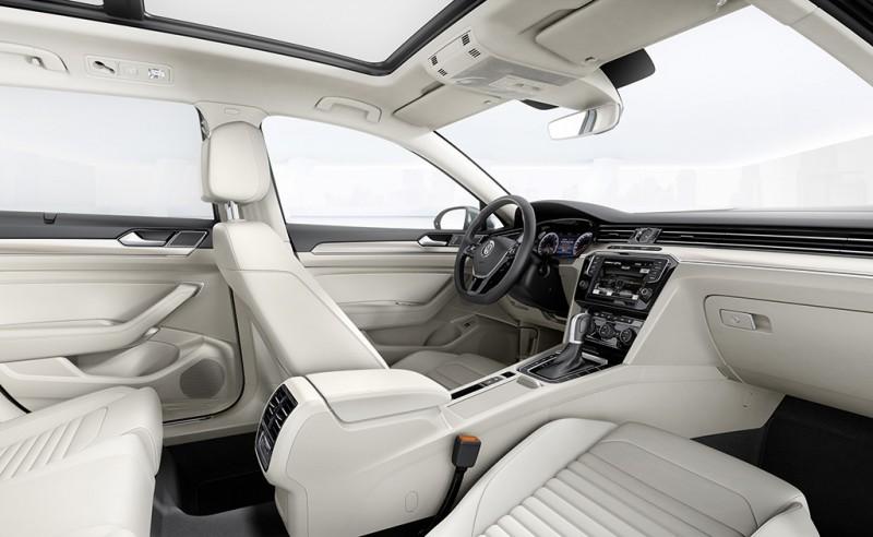 2017年式Passat與Passat Variant,依車型升級Alcantara麂皮/Vienna真皮之ergoComfort舒適座椅與Active Info Display 全邏輯數位化儀表等豪華科技配備,以豪華轎旅新風範敬獻成功人士