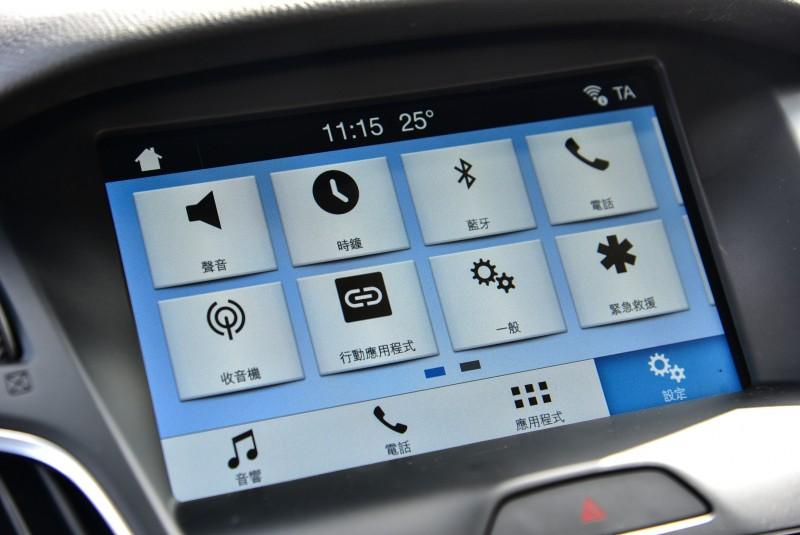 SYNC®3娛樂通訊整合系統除了原有整合藍芽、USB、外接音源、車輛設定等功能以外,並新增支援Apple Carplay功能與將原有聲控功能進化的更人性化,並可啟動智慧行動裝置中的Siri語音助理控制導航及其他App應用程式。