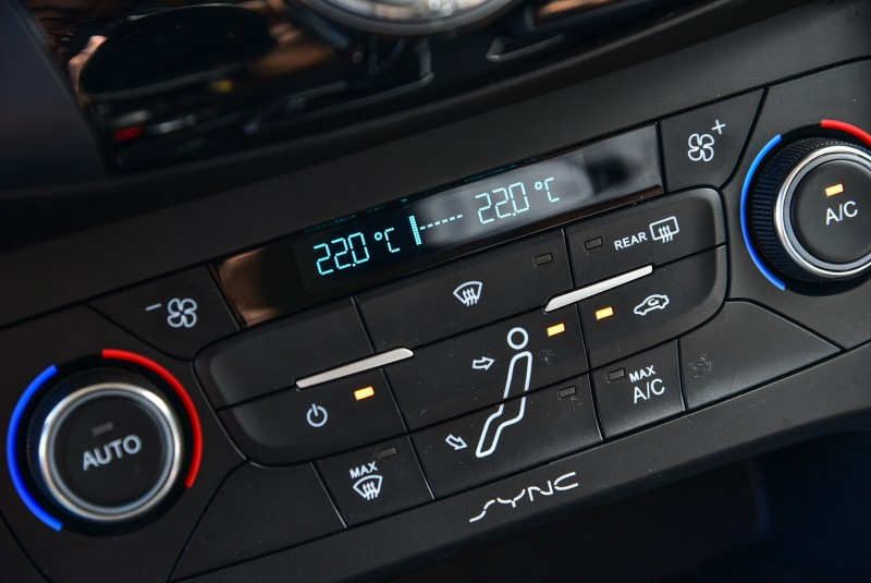 Focus EcoBoost 180五門汽油頂級運動型配置左右雙區獨立恆溫空調,提供更佳的乘坐舒適度。