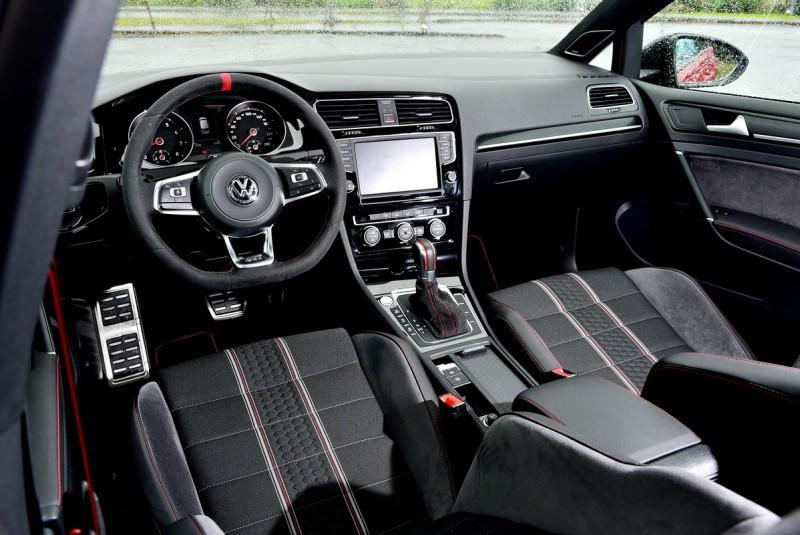 Clubsport內裝方面則是以GTI經典紅色縫線搭配麂皮包覆的方向盤、排檔座與跑車型座椅來營造車室內的競技氛圍