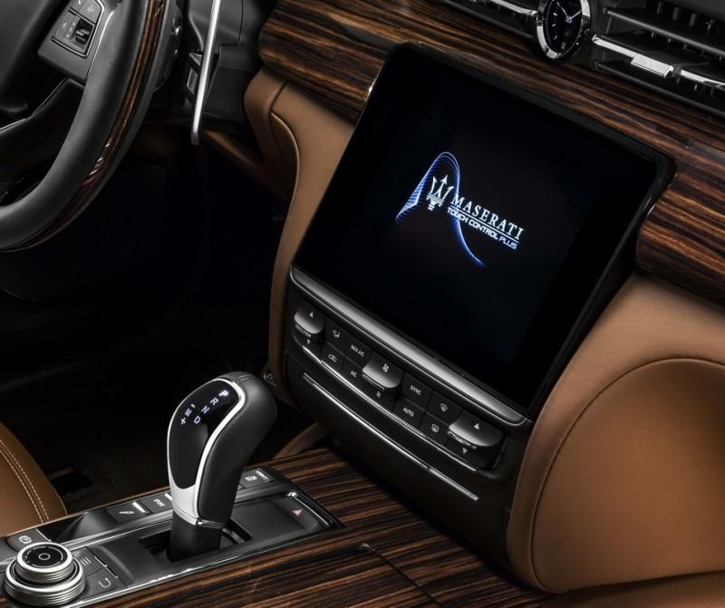 全新Maserati Touch Control Plus 8.4吋高解析度中央觸控面板,結合Apple CarPlay智慧手機相容系統,並可透過全新旋鈕控制器提升操作便利性