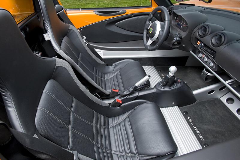 Elise Sport 220顧名思義在1.8升機械增壓汽油引擎推送下,具備220匹最大馬力,0-100km/h加速僅僅4.6秒。