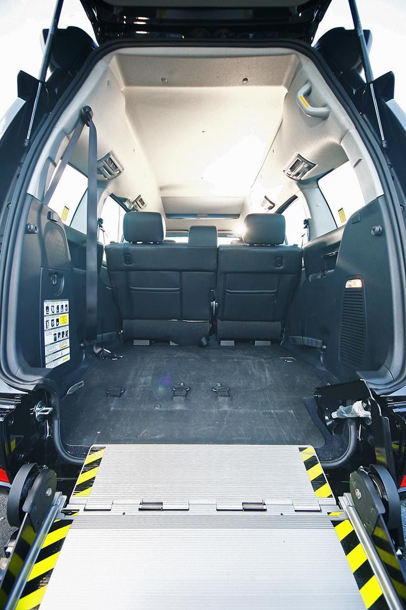 要將輪椅以及乘客推上車,首先須放下斜坡板。