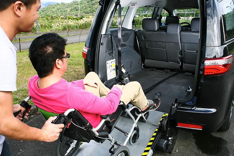 在電動牽引帶將身障者拉上車時,建議仍需於後方協助,以防止輪椅後仰翻倒。
