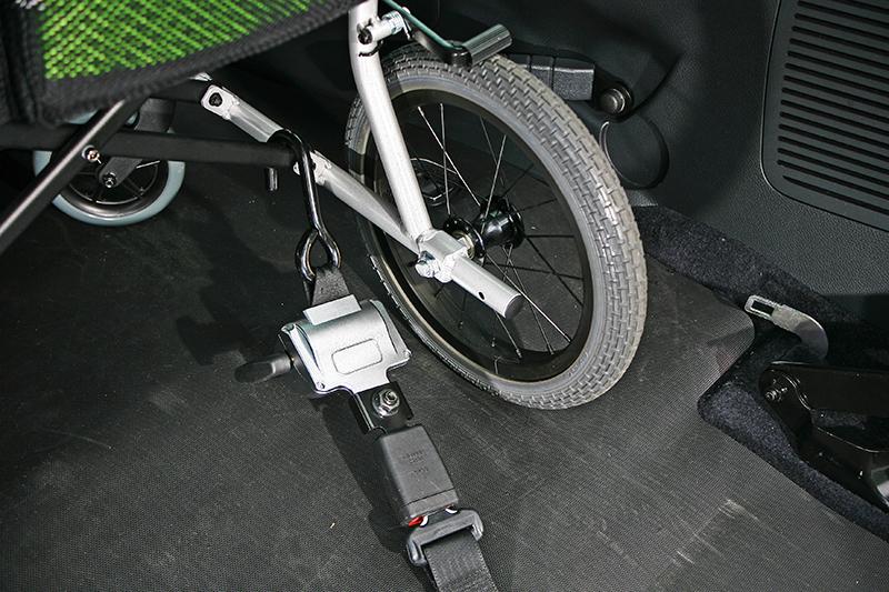 就定位後將固定裝置釦上並旋緊,再替使用者繫上三點式安全帶。
