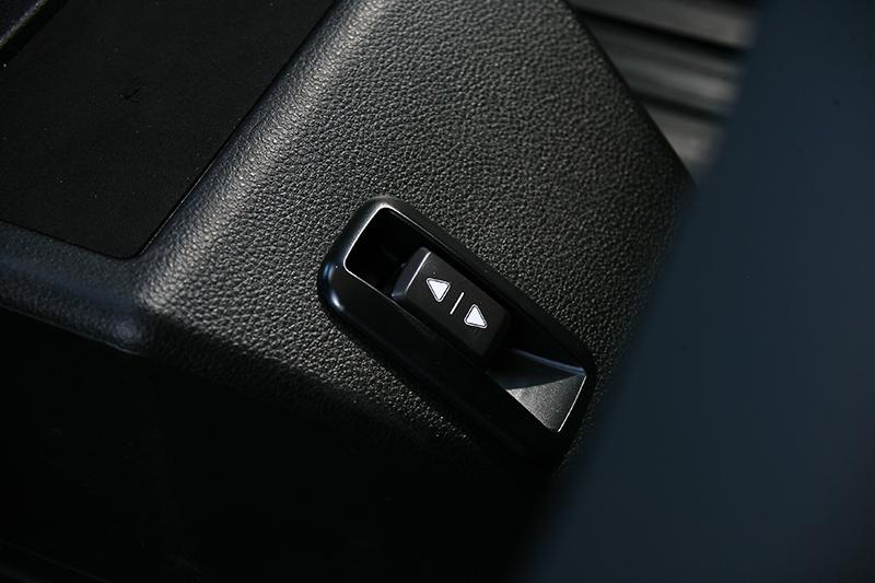 於第二排前方中央地板上,也有電動牽引帶的控制鍵。