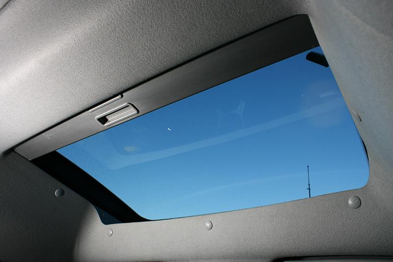 因應加高的設計,前方也擁有玻璃車頂幫助採光,惟無法如天窗般隨意開啟。
