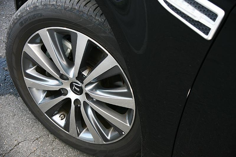 試駕的頂規旗艦型採17吋鋁圈與215/55 R17配胎。