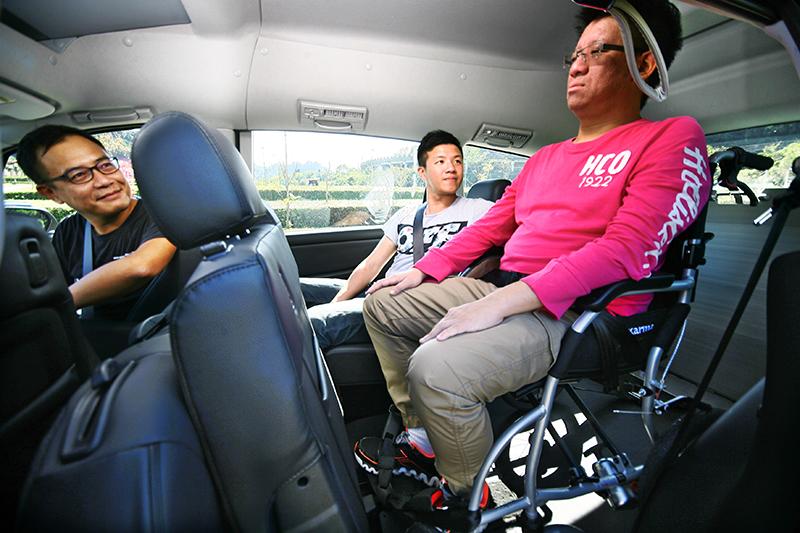 也可將輪椅使用者固定於左側,以便後座乘客照料陪同。