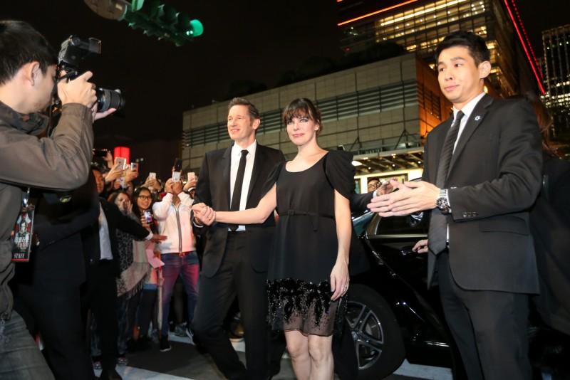 蜜拉·喬娃維琪與保羅·安德森從 Mercedes-Benz S 400 L 後座登場,踏上星光大道紅毯,一路迎接影迷們的熱列歡迎。