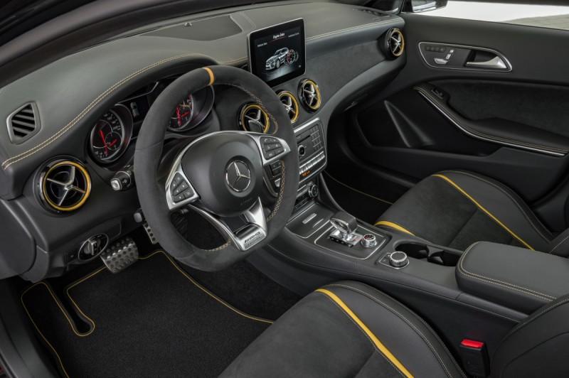 車內採用大量黃色縫線與滾邊
