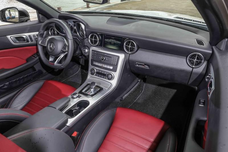座艙內與選配跑車化套件的SLC 200差異不大。