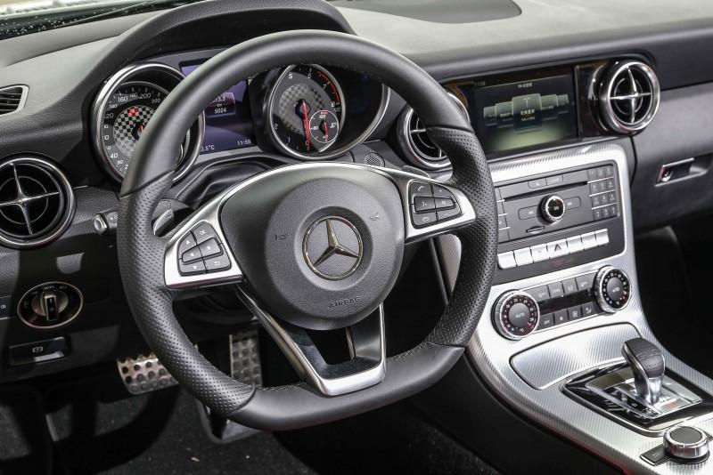 配備Nappa包覆多功能跑車方向盤,具備換擋撥片。
