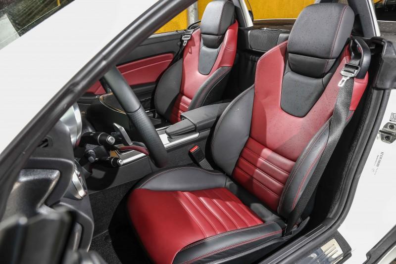 雙前座跑車座椅包覆性與質感出色。