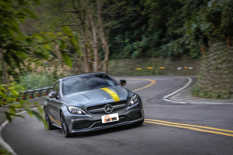 硬朗的懸吊設定讓彎中的C63 S Coupe緊貼地面,也可讓偶爾擺動的後軸沒有多餘的晃動,立刻緊抓路面狂奔而去。