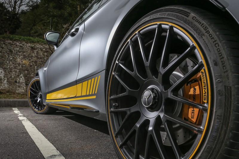 套件中也包含了前19吋、後20吋的輪圈規格,圈緣的黃色點綴更添合設計主軸。