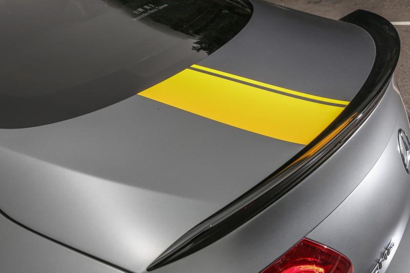 車身的黃色線條搭配黑色的空力套件,對比的展現視覺層次。