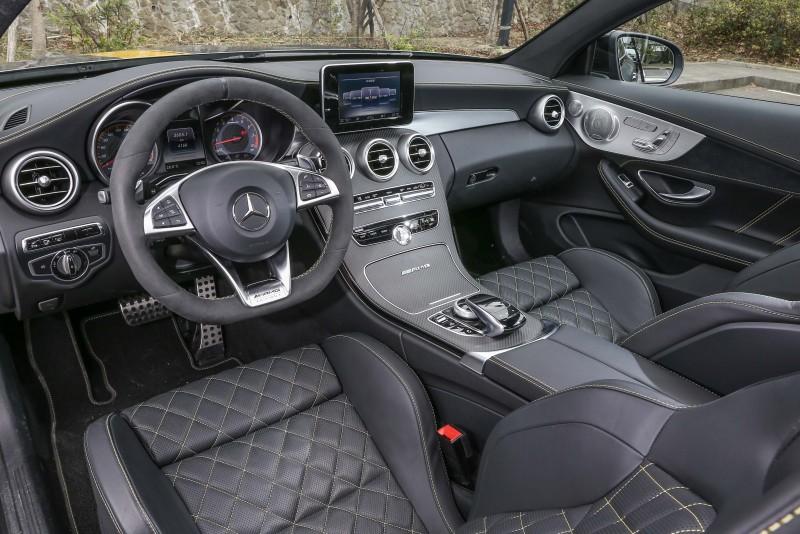 座艙內也重新設計,以大量的碳纖維元素、類麂皮材質彰顯熱血氛圍。