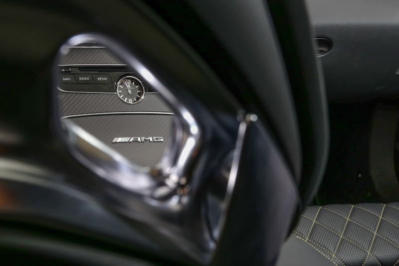 儀表板中央的時鐘導入IWC指針式石英鐘。