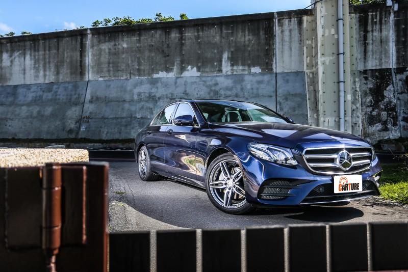 第二波登臺的E-Class動力車型E250,試駕車型為Avantgarde,售價為新台幣317萬元。