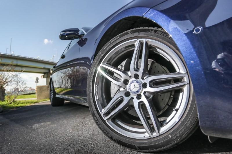 ▲同步選配了19吋的AMG 五輻雙肋式鈦灰色輕合金輪圈,尺碼為前245/40R19,後275/35R19。