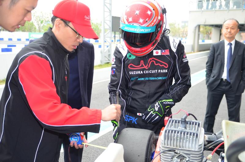 松田選手對於賽車的調教相當重視,密集跟工作人員溝通討論直將賽車調整至完美